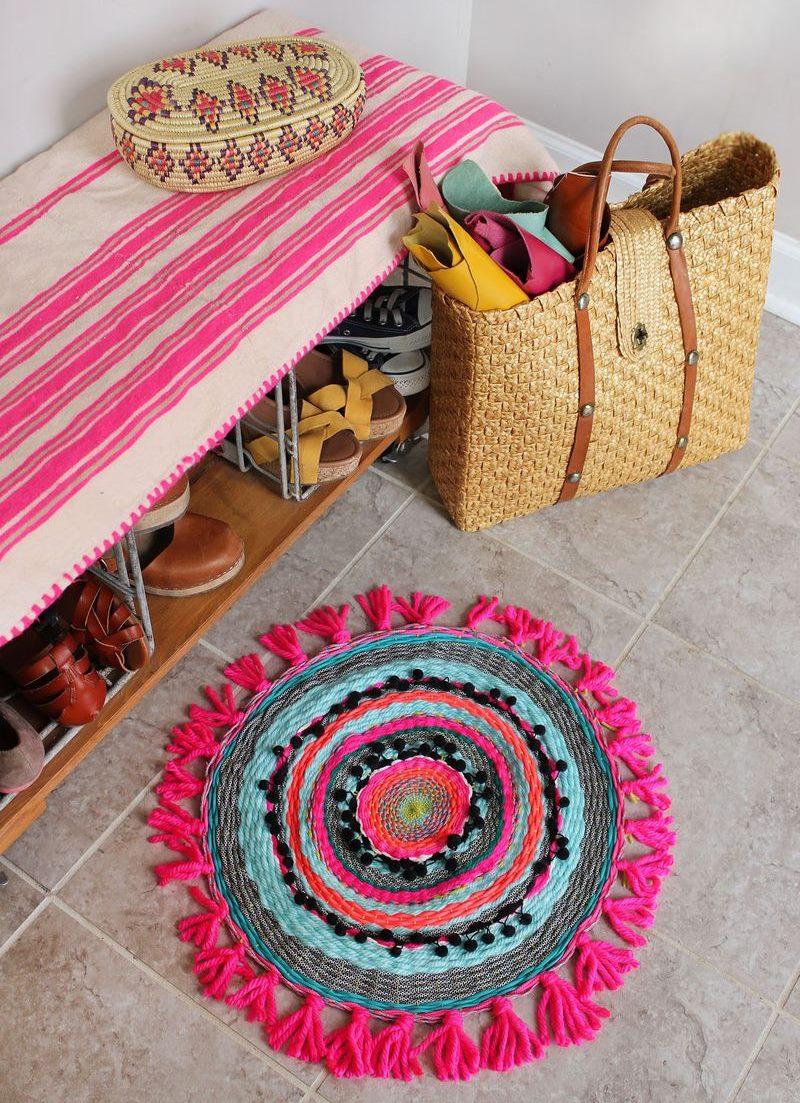 Skaists, adīts paklājs uz priekšnama grīdas