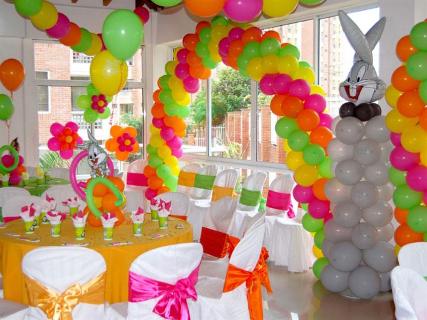 Décoration de chambre avec des ballons colorés pour un anniversaire