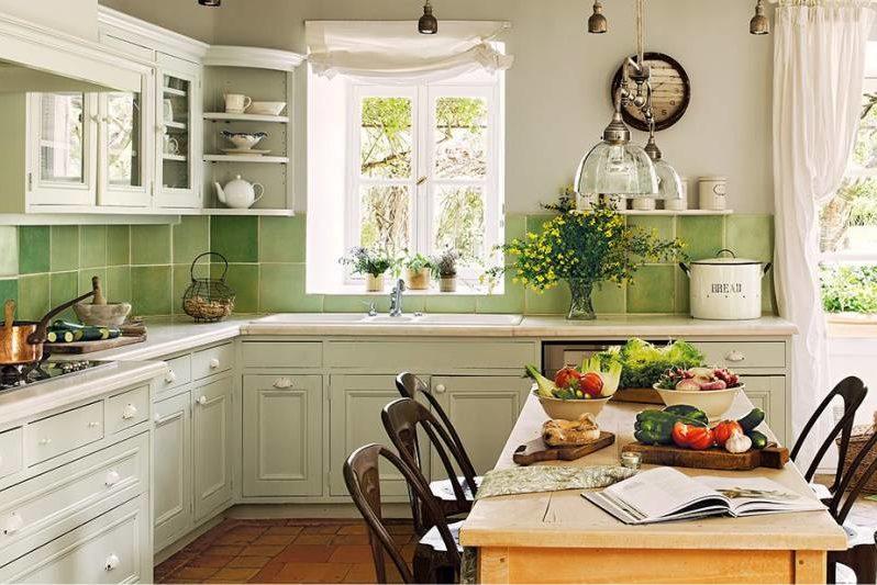 Tablier en céramique vert dans la cuisine dans le style de la Provence