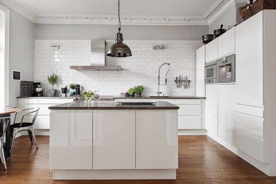 Interijer bijele kuhinje u skandinavskom stilu