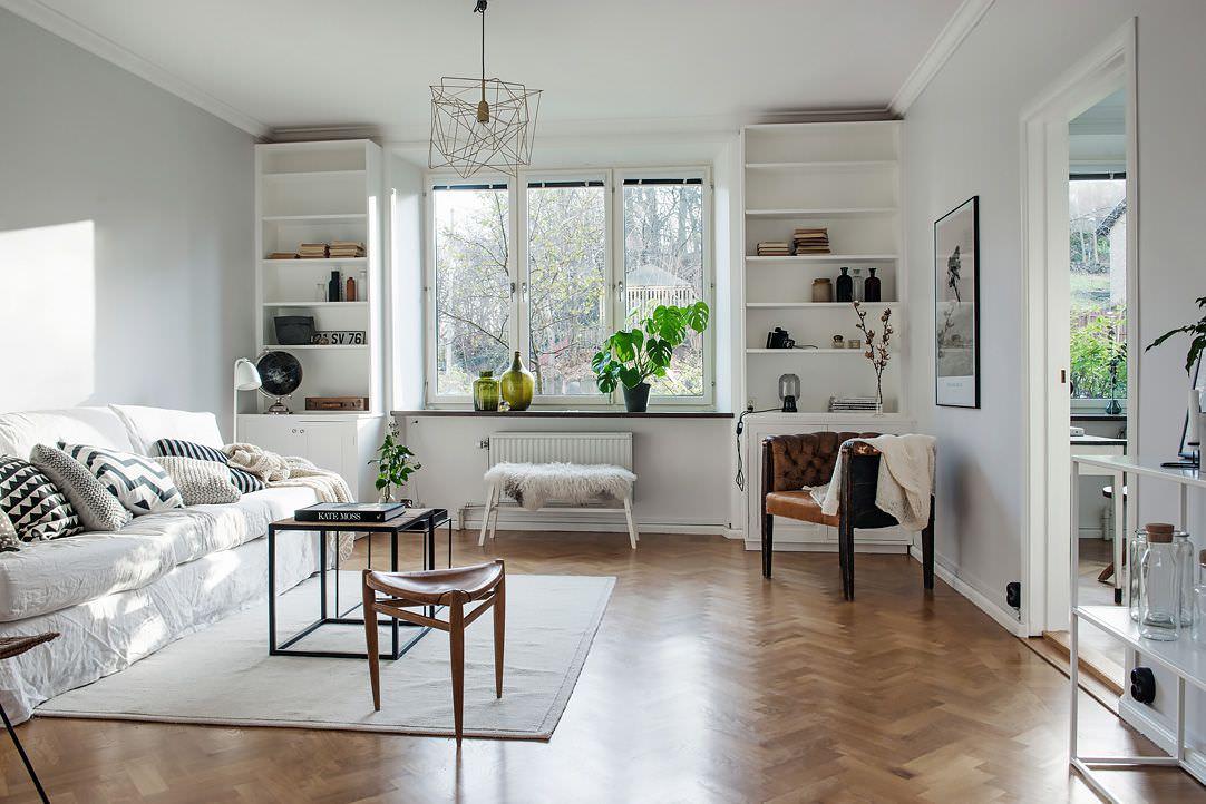 Otvoreni bijeli ormar u dnevnoj sobi privatne kuće