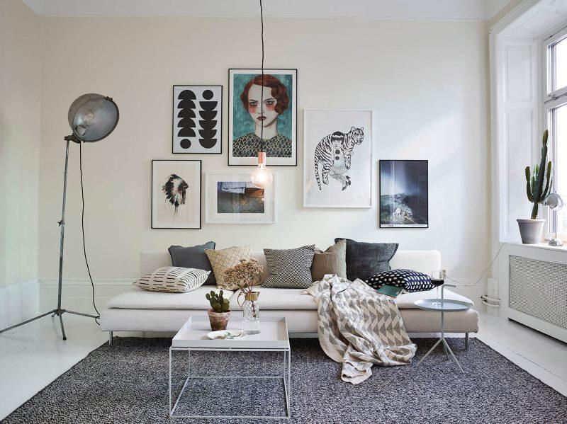 Izravna kauč bez bočnih zidova u bijeloj dnevnoj sobi