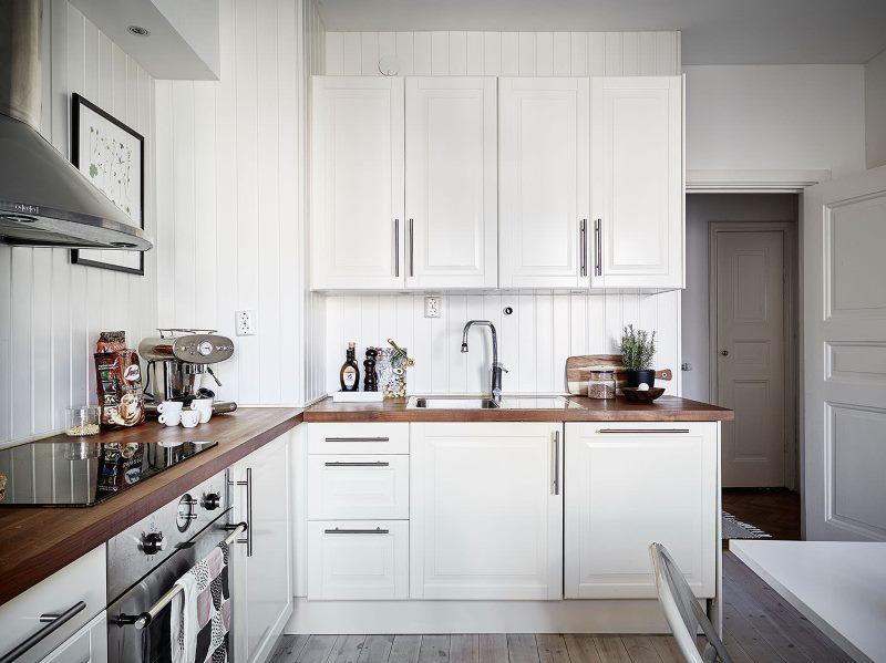 Kutna kuhinja privatne kuće u bijelom