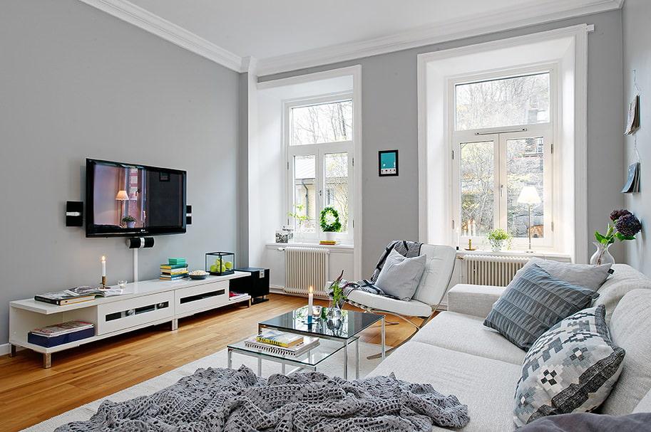 Crni TV panel na svijetlosivom zidu dnevne sobe