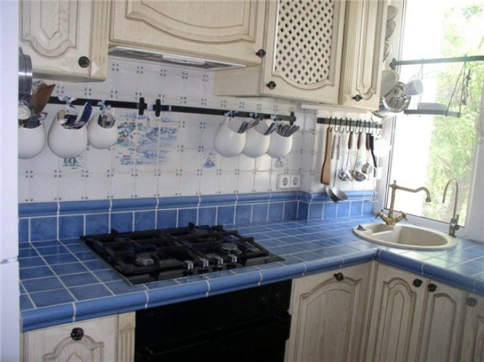 Облицоването на кухненската повърхност с керамика ще бъде по-евтино.