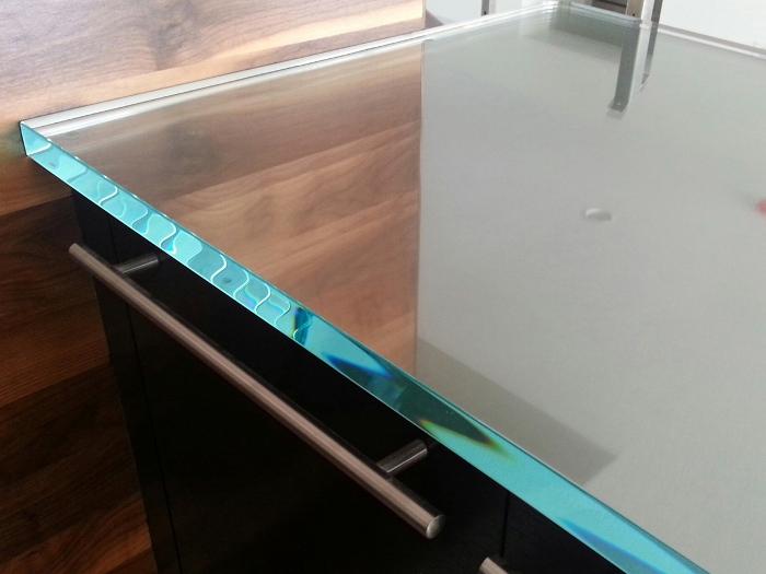 Стъклен плот за кухнята.
