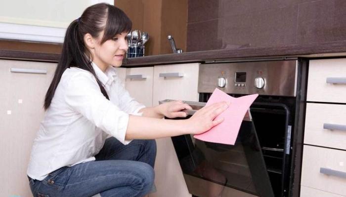 Nettoyage de cuisinière à gaz.