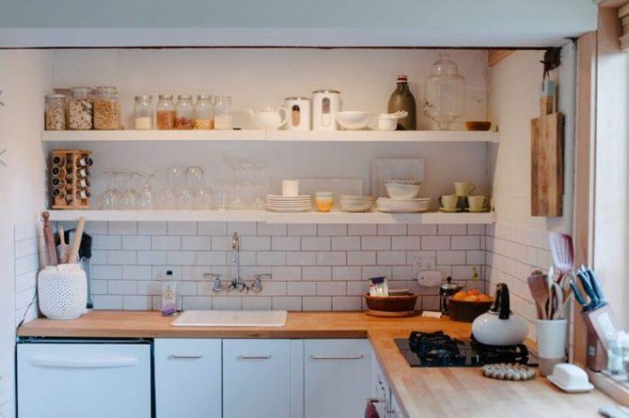 Ouvrez les étagères dans la conception de la cuisine.