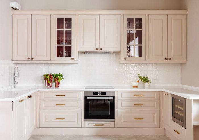 U formas stūra virtuves izlietne.