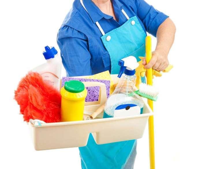 Les produits chimiques sont utilisés pour nettoyer le réfrigérateur.