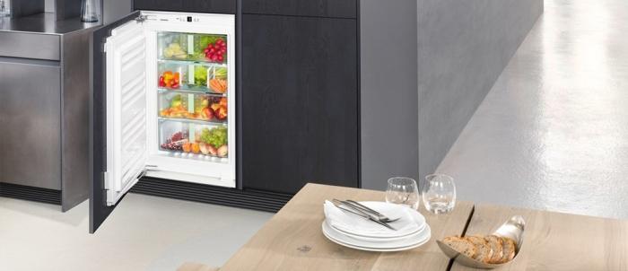 Réfrigérateur intégré et régulier.