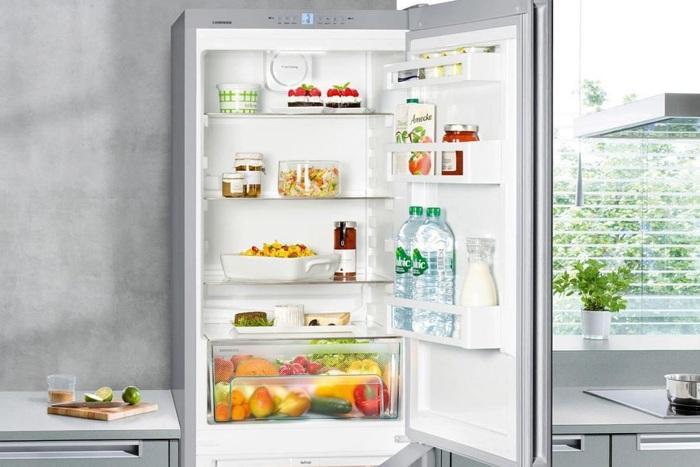 Décongeler un réfrigérateur moderne.