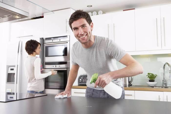 Nettoyer une cuisine brillante.