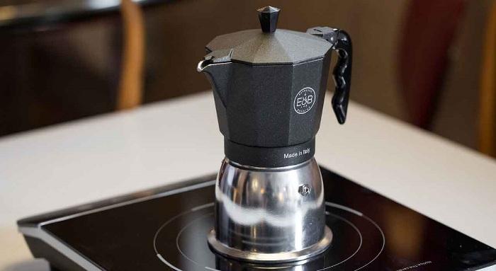 machine à café dans la cuisine.