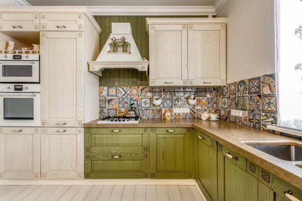 Plafond blanc dans la cuisine