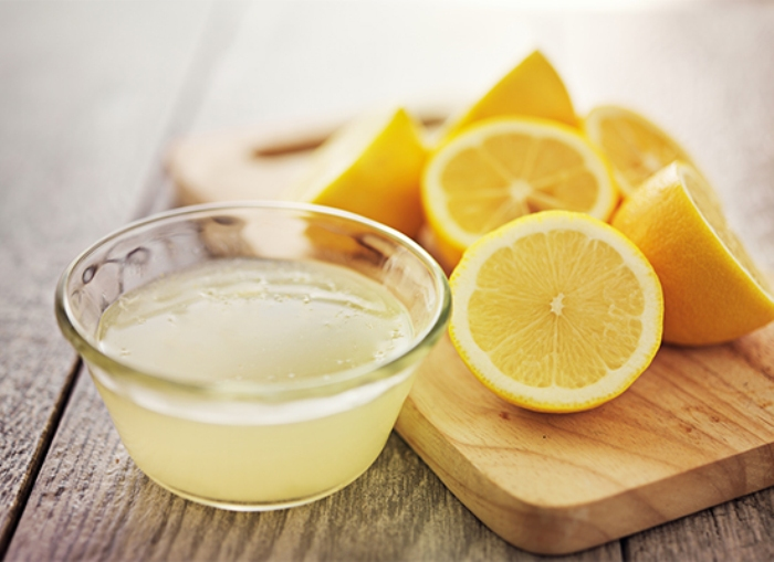 Čišćenje hladnjaka sokom od limuna.