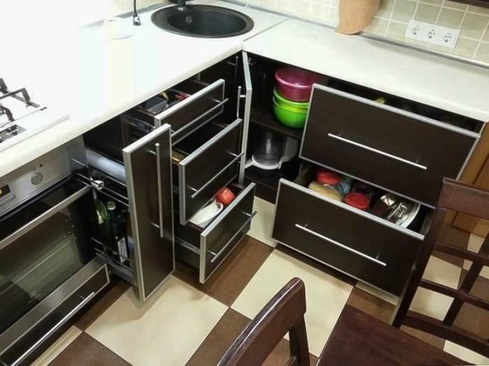 Uzglabāšana virtuves skapjos.