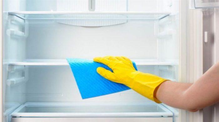 Laver le réfrigérateur avec un chiffon.