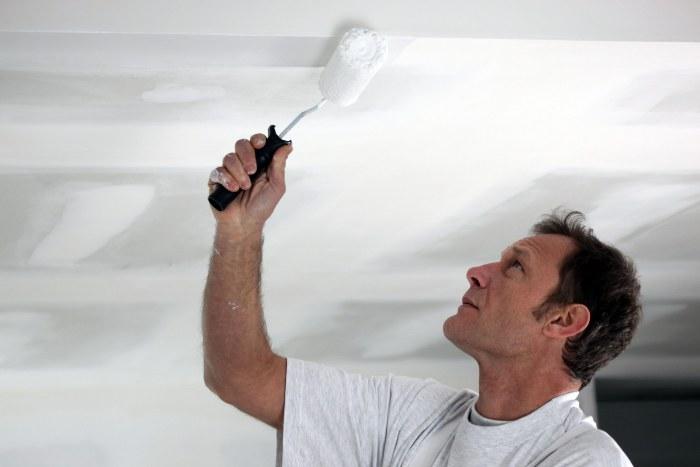 Peindre le plafond dans la cuisine.