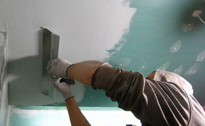 Préparer le plafond pour la peinture.