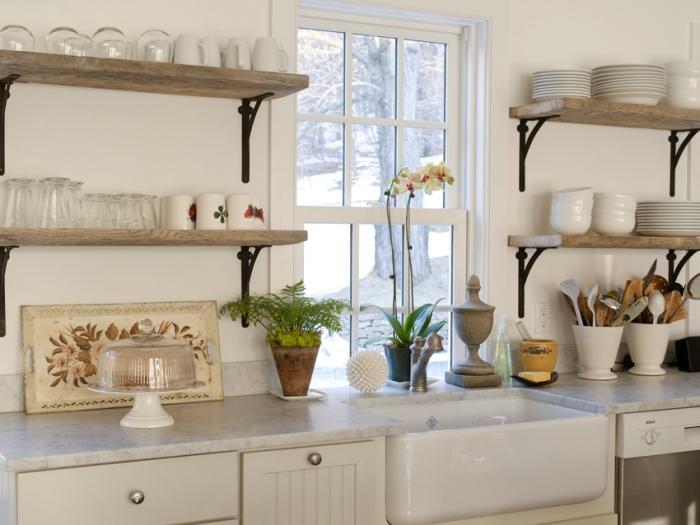 ouvrir les étagères dans la cuisine.