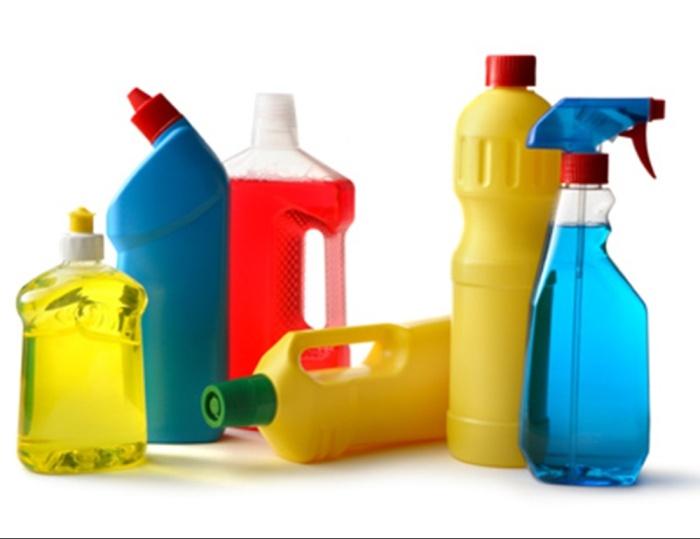 Produits chimiques ménagers pour nettoyer le réfrigérateur.