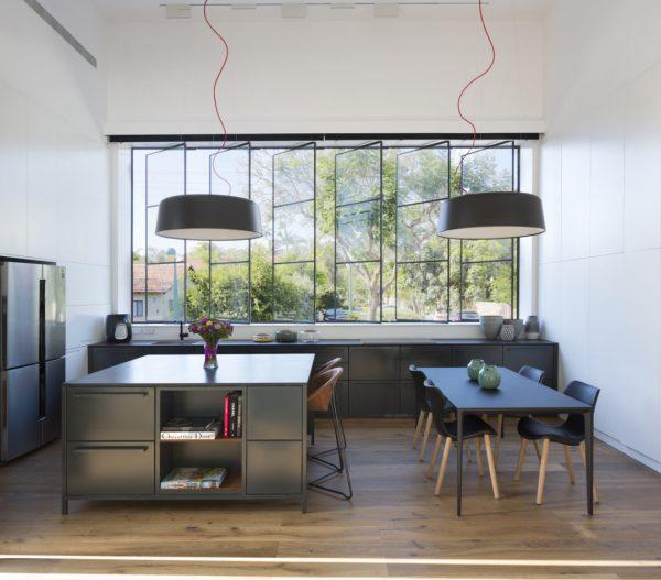 Dans les grandes pièces, vous pouvez installer un grand comptoir près de la fenêtre