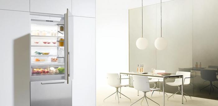 La cuisine est dans le style du minimalisme.