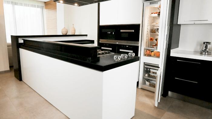 Réfrigérateur intégré dans la cuisine.