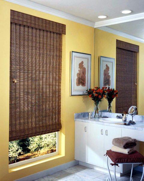Si vous choisissez des stores, les stores en bambou et différents types de bois seront très beaux.