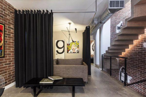 Les couleurs les plus courantes pour les rideaux sont les couleurs pastel, mais pour ceux qui ne craignent pas les nouveaux produits, vous pouvez essayer une combinaison de rideaux noirs avec un style loft.