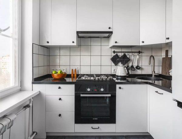 fasādes ieņem nozīmīgu vietu virtuvē, dizaineri iesaka tās veikt ar lakonismu dizaina, formas un krāsas ziņā.