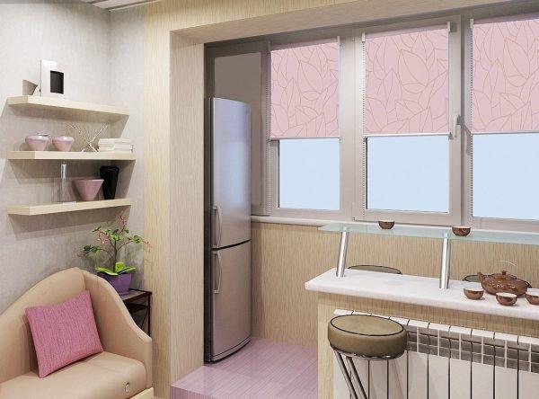 Izolēts balkons būs lielisks veids, kā paplašināt telpu. Tās laukumu var izmantot, lai uzstādītu ledusskapi vai plauktu ar uzglabāšanas kastēm.