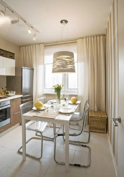 Ēdamistabas zonu ir labāk apgaismot ar lampu ar zemāku spilgtumu un siltāku gaismu, kas radīs mājīgu mājas atmosfēru.