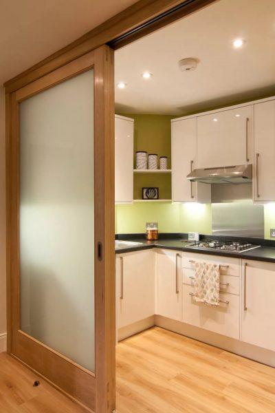 Bīdāmās durvis nelielā virtuvē