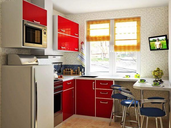 Lai ietaupītu vietu, neliela ģimene var iegādāties kompaktus ledusskapja, plīts un citu sadzīves tehnikas elementu modeļus virtuves noformēšanai Hruščovā.