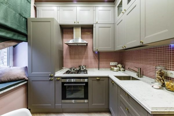 Austiņu priekšrocība no grīdas līdz griestiem ir tāda, ka, pirmkārt, netiek zaudēta brīvā telpa, bet tiek izmantota sadzīves tehnikas un dažādu virtuves piederumu glabāšanai.