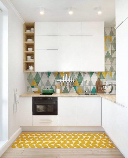 Izvairieties no lielām izdrukām un modeļiem sienu dekorēšanā, tie nedrīkstētu izcelties no vispārējās virtuves dizaina koncepcijas.