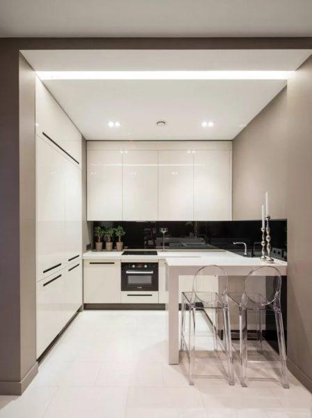 Mazajā virtuvē durvis ir labāk demontēt - tas palielinās vietu