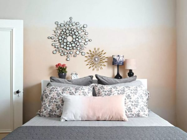 Bolje je odabrati gradijent kao zidnu oblogu za spavaću sobu u više prigušenim bojama.