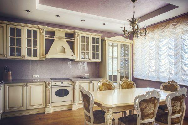 Rideaux en cascade dans la cuisine dans un style classique