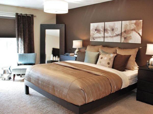 Les papiers peints au chocolat sont élégants et soulignent le goût du maître de la chambre à coucher