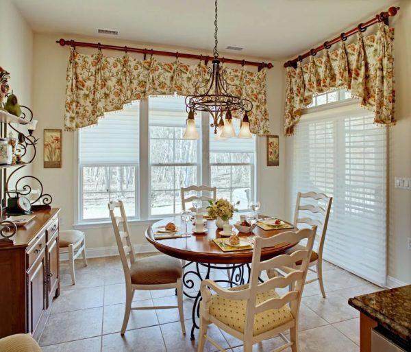 La fonctionnalité nécessite des rideaux courts qui ne prendront pas de place et gêneront les déplacements dans la cuisine.
