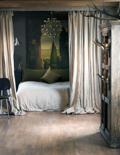 Le mobilier est choisi parmi les options les plus audacieuses, les murs bruts, la présence d'éléments d'usure. Peut-être la présence d'éléments d'art.