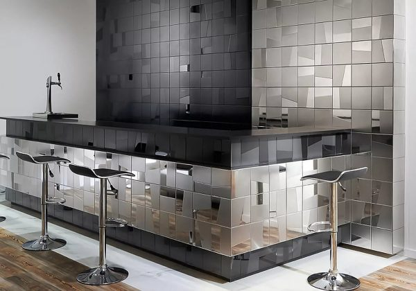 Metal wallpaper is an interesting solution that has an aesthetic appearance and environmental friendliness.