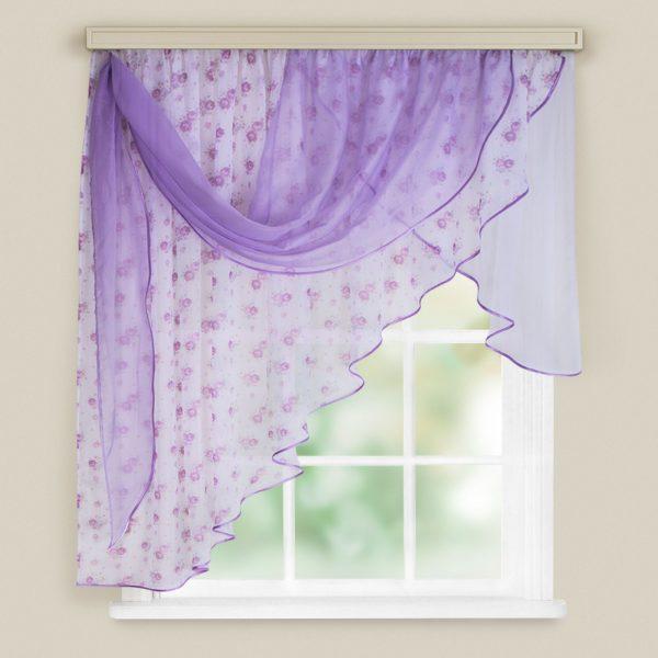 Les rideaux avec des rideaux semblent originaux et décorent l'intérieur