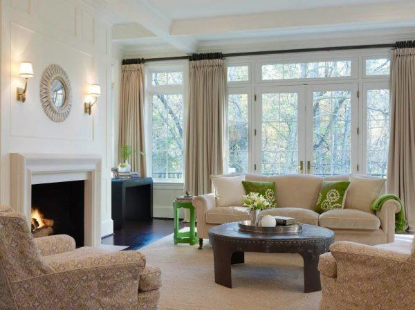 Les tons beige et sable de la couleur des rideaux sont toujours pertinents et se combinent facilement avec presque toutes les couleurs et tous les styles.
