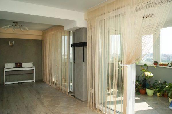 Rideaux de style loft sous forme de fils - une option pour l'intérieur, qui nous est venu des pays de l'Est.