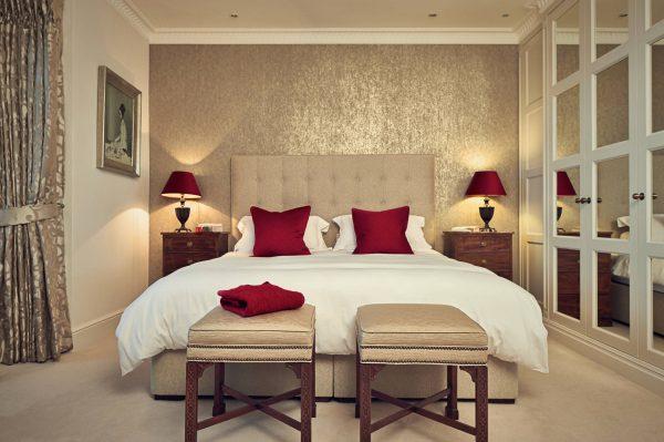 Prilikom odabira zidne obloge za spavaću sobu, vrlo je važno ne samo uzeti u obzir ono što je sada relevantno, već i osigurati da se namještaj skladno stapa.