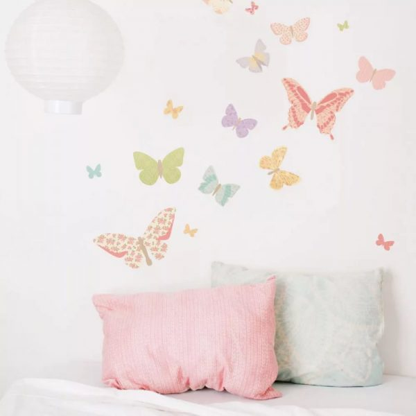 Papillons, fleurs, arbres, branches, palmiers - tout cela attire l'attention et devient le centre de tout l'intérieur.